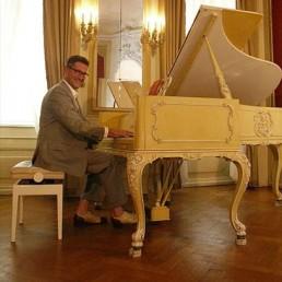 Hans Martin Gräbner bei der Wagner Werkseinführung in Bayreuth am Flügel